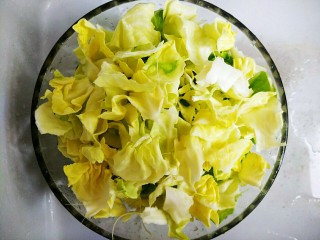 手撕包菜#春意绿#,5分钟到了,我们把圆白菜沥干水份,掰成小片