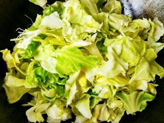 手撕包菜#春意绿#,把圆白菜连同根茎一起下入