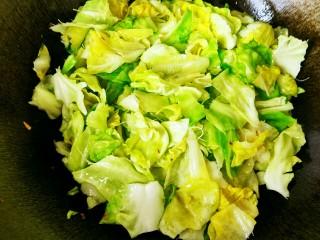 手撕包菜#春意绿#,翻炒到基本变色,有一点变软