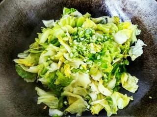 手撕包菜#春意绿#,打开锅盖,可以看到圆白菜已经完全变色,有些塌秧了,这时候我们倒入葱末倒炝锅
