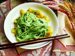 手撕包菜#春意绿#,搭配绿色的面条吃下去,好像春意更浓了呢