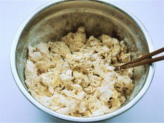 """花瓣馒头,搅拌后如果下面还有很多干面粉,则继续加一点点南瓜糊,直至可以搅拌成絮状即可,这样搅拌可以让后面揉面比较容易操作又可以很容易让和面做到""""三光"""""""