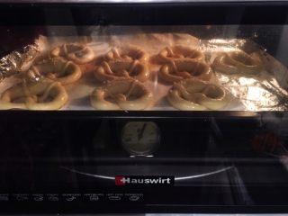 危险与美味并存一一德国碱水包,将普雷结放入烤箱,朝烤箱喷洒一些蒸汽,上下火15-20分钟(变成棕红色)