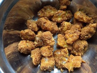 宝宝鸡米花,依次裹好玉米淀粉、蛋液、面包糠。就可以等待入油锅啦。待油熟至六七分就可以入锅炸了,要小火炸,也要不停翻滚,不然容易焦