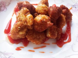 宝宝鸡米花,最后我给宝宝搭配了亨氏的番茄酱。比外面买的吃起来放心多啦。