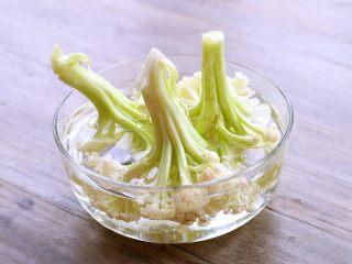 干锅菜花,菜花头部向下浸泡在淡盐水中约十五分钟左右。