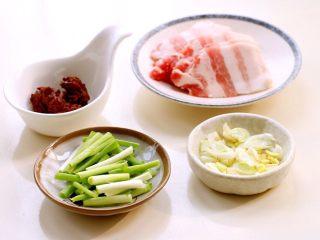 干锅菜花,五花肉切薄片;葱姜蒜改刀;香葱洗净切成段。