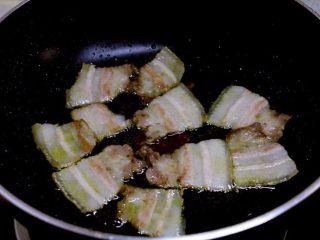 干锅菜花,热锅热油,先放五花肉小火煸炒。