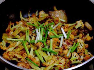 干锅菜花,临出锅撒上香葱段即可。可以根据实际情况决定是否加盐,因为豆瓣酱本身很咸。