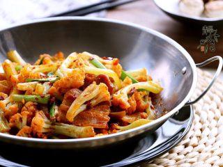 干锅菜花,天冷时,可以支个小酒精炉边加热边吃。