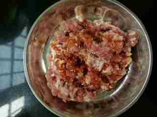 咸蛋蒸肉饼,少许酱油,少许花生油,搅拌均匀