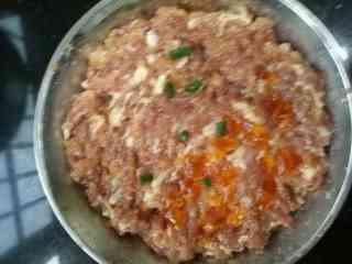 咸蛋蒸肉饼,把<a style='color:red;display:inline-block;' href='/shicai/ 16/'>咸蛋</a>切碎,放入肉饼中,抹平,水开后下锅蒸10分钟左右就熟了。