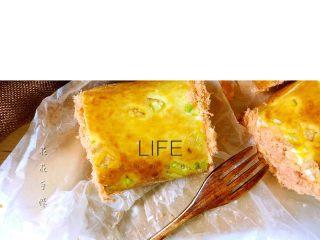 肉松面包卷,每段的两侧都涂上沙拉酱沾上肉松。