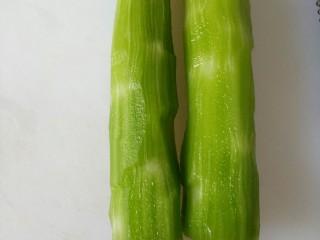 凉拌莴笋+#春意绿#,莴笋去皮,一定要把白的地方都去干净。绿的不会发柴。