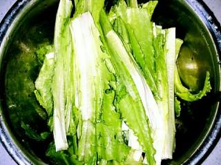家常凉拌油麦菜,油麦菜洗净,切成2或3段。如果菜不是很新鲜,可在冷水中浸泡15分钟左右,补充其水分。