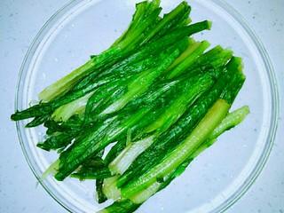 家常凉拌油麦菜,控净水分,备用。