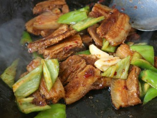 ≈超下饭豆瓣回锅肉≈,再加入青椒和大蒜翻炒