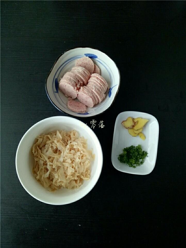 笋片火腿汤,腐竹洗净后切细丝;火腿肠切片;老姜切片,小葱切葱花;