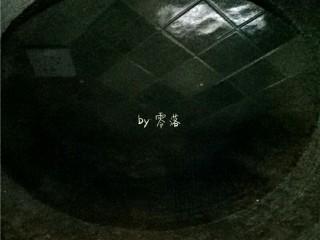笋片火腿汤,锅里倒入适量清水;