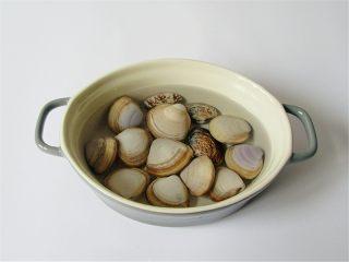 蛤蜊小葱炖蛋,将蛤蜊放在水中提前几个小时进行吐沙,我用的是白蛤,在超市已吐过沙,一点都不碜,很干净的