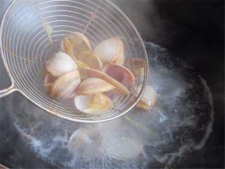 蛤蜊小葱炖蛋,烧开后再煮一两分钟待到所有蛤蜊都张嘴即可关火,然后捞出蛤蜊,注意水不要倒掉