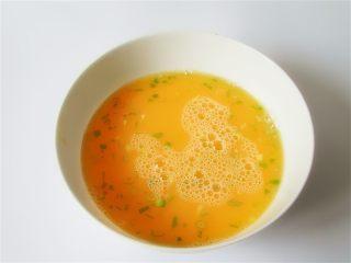 蛤蜊小葱炖蛋,搅打均匀后可以过筛一下再加入葱花,不过我没有过筛的习惯,放置一会儿,可以让鸡蛋液泡沫减少