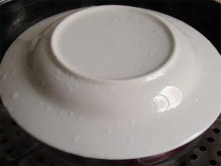 蛤蜊小葱炖蛋,在碗上盖上一个盘子,防止水蒸气掉入碗中造成炖蛋表面成蜂窝状,这是一盘炖蛋好看的第二大秘诀,也有人是用保鲜膜把碗封起来再蒸煮,但是我总觉得保鲜