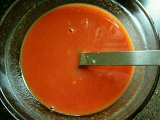 番茄酱炒虾仁,葱姜切碎末;配料放入碗里搅拌备用。