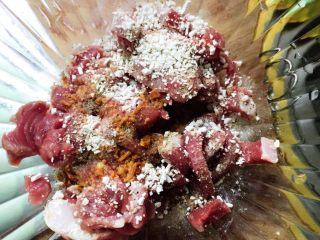 芦笋炒里脊+#春意绿#,里脊肉切成条备用,依次加入淀粉、生抽、黑胡椒粉拌匀。