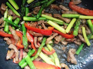 芦笋炒里脊+#春意绿#,倒入肉丝翻炒均匀,加入鸡精调味。