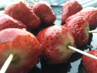 零失败冰糖草莓串,漂亮的糖壳。放到凉的地方放凉即可。妹子和小朋友会很爱吧。
