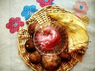 升级版山东名菜烧二冬,首先准备好主要材料,一个冬笋,100克猪里脊肉和5个香菇