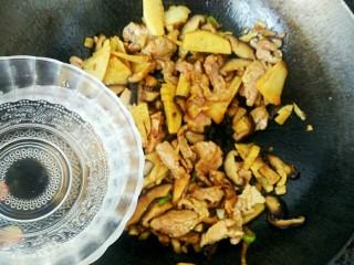 升级版山东名菜烧二冬,酱油香味四溢,迅速下入滑好的冬笋、香菇和肉片,略微翻炒后,加入一小碗热水烧制