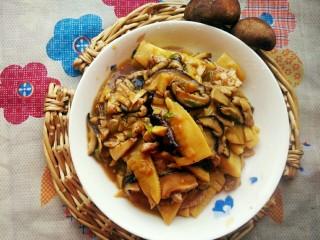 升级版山东名菜烧二冬,当所有食材都裹满汤汁,再淋入少许香油,一道鲜香的下饭菜就可以出锅咯