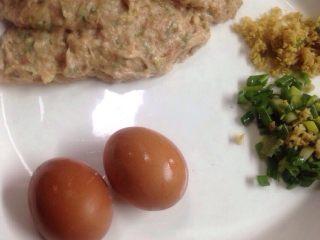 翡翠圆子,图中的肉末已经被我调上味道拌上劲了,只是忘了拍照,所以强调这里放了味道鸡蛋,葱姜末还有干淀粉。