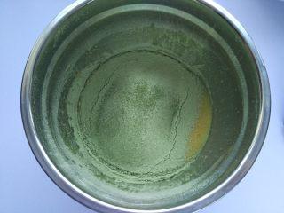 抹茶奶油蛋糕,把低筋面粉和抹茶粉混合均匀后过筛入蛋黄液内;