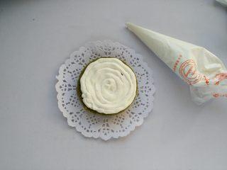 抹茶奶油蛋糕,奶油装入裱花袋内,剪一个小口,取一片蛋糕片,均匀的挤上奶油,依次挤完3层;