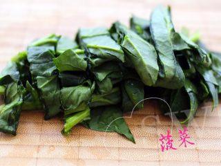 荠菜饺子#春意绿#,菠菜叶洗净切碎后加3克盐和150克清水榨汁