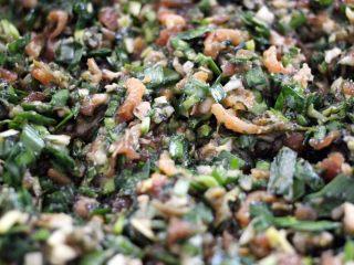荠菜饺子#春意绿#,把所有馅料加入芝麻油拌匀即可