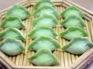 荠菜饺子#春意绿#,把馅料包入园面皮里即可、入图、这样饺子就包好了……