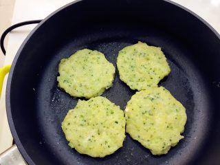 宝宝辅食:深海能量(鳕鱼)小米饼-12M,翻面后小火煎,之后反复翻面,直到两面有点稍稍金黄即可。 》一直用小火哦,慢慢煎,可以确保所有的食材都熟,不然会太硬哈。