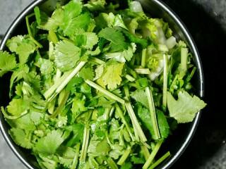 麻辣烫,香菜洗净后用熟食砧板切碎备用。