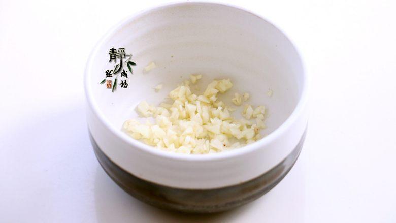 风味凉拌油麦菜,蒜切末,静置十几分钟让其充分氧化以产生蒜素。