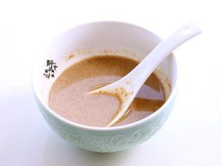 风味凉拌油麦菜,芝麻酱用清水澥开成稀薄的能流动的液体状。一定要稀,不要稠。