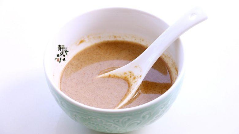 风味凉拌油麦菜,<a style='color:red;display:inline-block;' href='/shicai/ 701'>芝麻酱</a>用清水澥开成稀薄的能流动的液体状。一定要稀,不要稠。