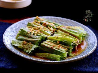 风味凉拌油麦菜,白糖必不可少,它能中和油麦菜的苦味,提升口感。