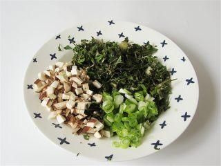 荠菜肉末豆腐羹,将荠菜、香菇、葱切碎备用