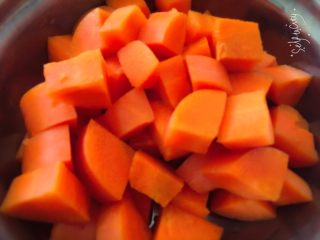 简易家常菜,菜花用手掰小就可以了,胡萝卜切丁备用