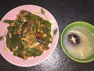 青椒鱼皮,炒好的鱼皮搭配鱼汤,超级好吃