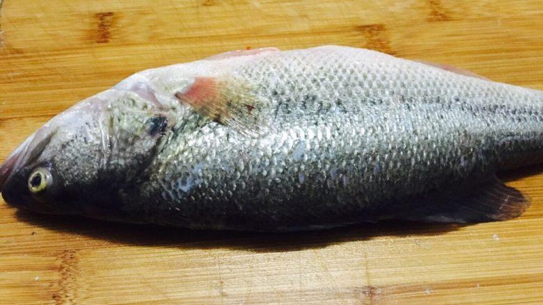 自创的肉蟹辣焖鲈鱼,<a style='color:red;display:inline-block;' href='/shicai/ 371'>鲈鱼</a>去鳞,内脏,鱼鳃,洗干净后,起片(酸菜鱼一样的片)用盐生粉腌制一下